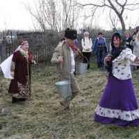 Туристы и папахи казачьи надевают, и пляшут с казачками