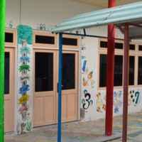 Местная школа, основной предмет для местных детей-английский