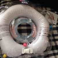 Круг, который нравится и ребенку, и родителям. Наш педиатр порекомендовала плавать в большой уже с первых дней, и ROXY-KIDS Flipper стал настоящим помощником в купании малыша!