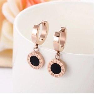 Серьги Aliexpress ZooMango Black Shell Roman Numerals Circle Hoop Earrings Titanium Steel Rose Gold Engagement Wedding Earrings For Women ZE18114 фото