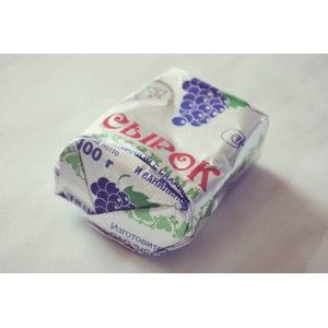 Творожный сырок ОАО Череповецкий молочный комбинат обезжиренный с сахаром, изюмом и ванилином фото