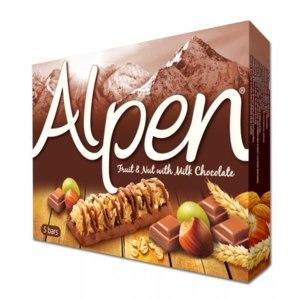 Батончик мюсли  Alpen с фруктами и орехами на шоколадной основе фото