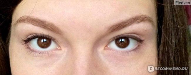 один глаз накрашен, другой нет