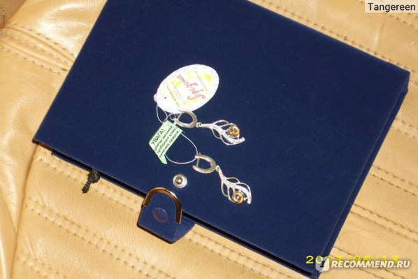 А это подаренная мне шкатулка и одна пара присланных сережек, хотелось бы больше украшений сфотографировать, но это очень тяжело, я пока только учусь)