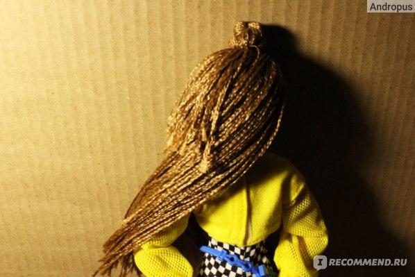 Волосы завязаны в пучок