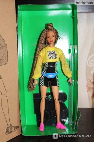 Кукла плотно привязана к коробке