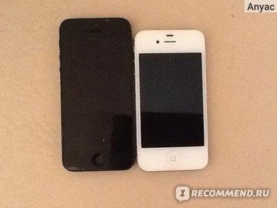 Слева - черный IPhone 5, справа - белый IPhone 4s. 5я модель заметно длиннее.