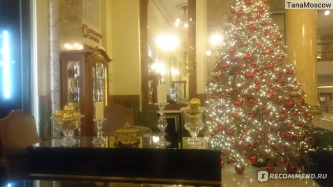Новогоднее оформление холла в Метрополе