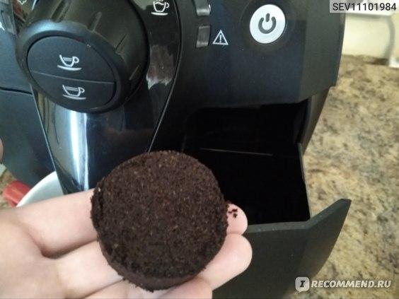 Отходы кофе спрессовываются в такую таблетку