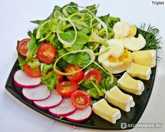 Сыр Бри, итальянский салат , помидорки черри и другие овощи.