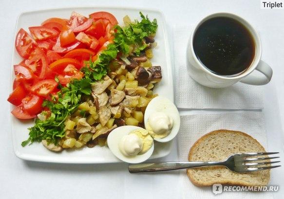 Завтрак: грибы шиитаке, яйца, помидоры, зелень.