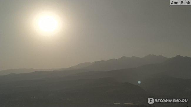 Похоже на сумерки, но солнце в зените. Из-за дымки получается такой эффект. Фото без фильтров