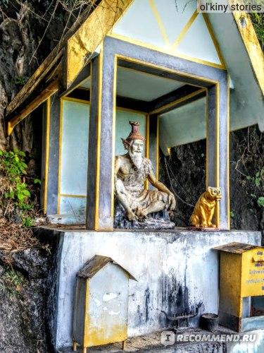 Монах и тигр, в честь которого названа эта достопримечательность.