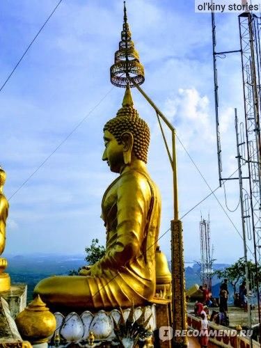 Золотой сидящий Будда на вершине горы Храм Тигра (Tiger Cave Temple)