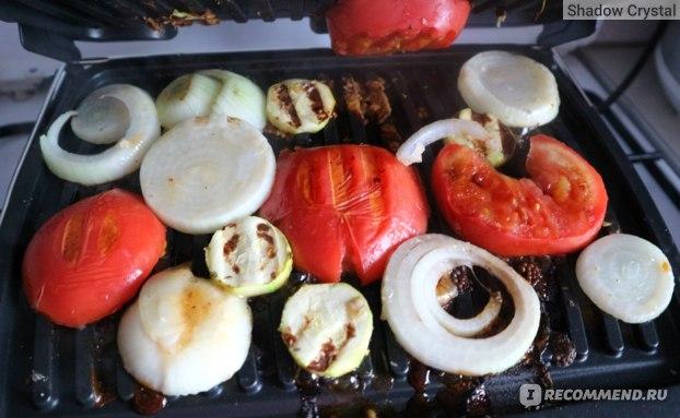 Домашние овощи гриль в процессе готовки