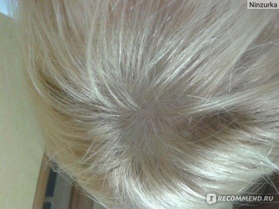 с пудрой, не видно, но волосы приподняты у корней