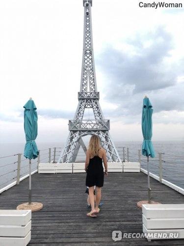 Главная достопримечательность пляжа- Эйфелева башня