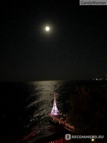 Ночью башня подсвечивается