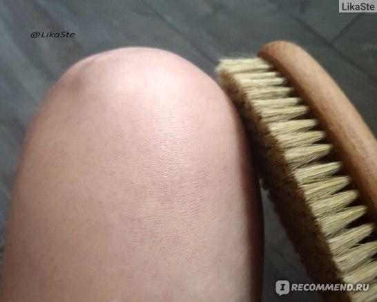 После сухого массажа щёточкой визуальной разницы вы не заметите, хотя частички кожибуквально разлетаются в разные стороны пылью, даже если пыли нет, проведя рукой по щётке вы увидите сколько кожи сняла щётка.