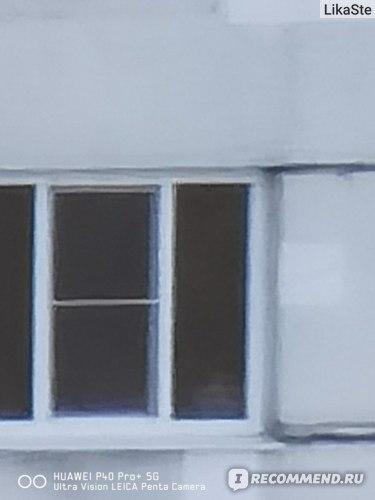 Фото окна дома, который находится на предыдущей фотографии слева, это не полное приближение, можно ещё приблизить. Качество при зуммировании сохраняется очень хорошее