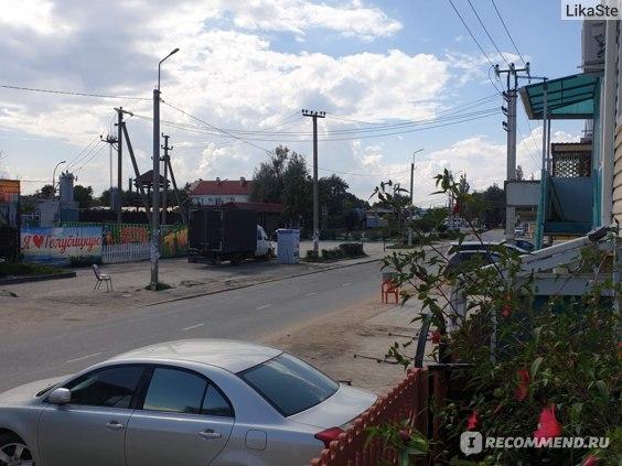 Типичная улица станицы Голубицкая, тротуары не предусмотрены, как и урны для мусора
