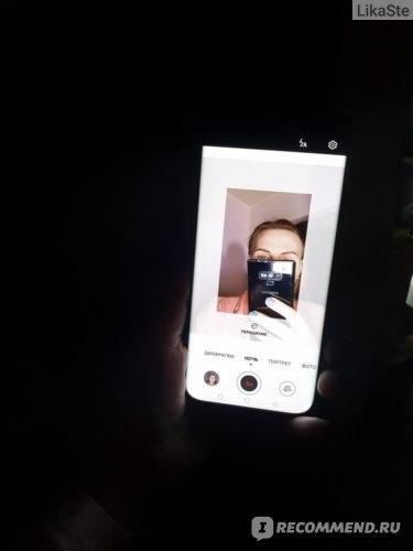 В полной темноте можно делать селфи благодаря подсветке экрана для селфи-камер