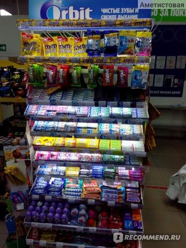 Также, как и во всех магазинах присутствует прикассовая зона