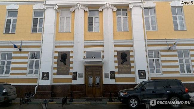 На Нижне-Волжской набережной практически у каждого здания своя история.