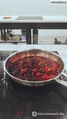 Ягоды в сковороде