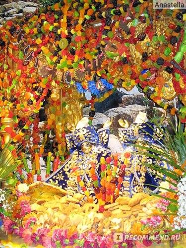 Шикарно украшенные Божества с горами еды перед ними