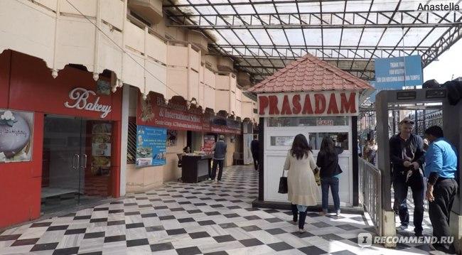 Проходим проверку - вход в Храм Кришны-Баларамы во Вриндаване