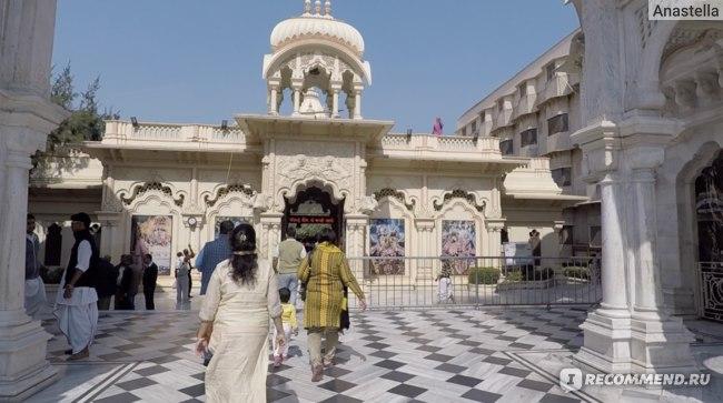 Внутри храма Храм Кришны-Баларамы во Вриндаване