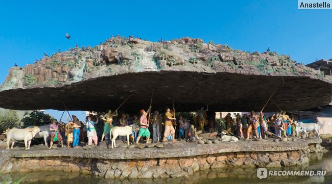 Прем Мандир (Храм Любви) - Кришна держит на мицинце Хол Ховардхан