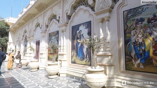 Галерея в Храме Кришны-Баларамы во Вриндаване
