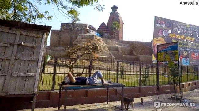 Храм и усталый паломник