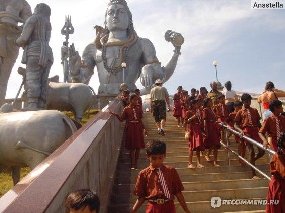 Статуя Шивы (40 метров). Мурдешвар (Мурудешвара, Мурдешвара) — город в Индии (штат Карнатака) на побережье Аравийского моря.