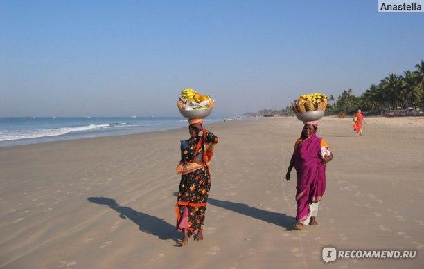 Продавщицы фруктов на пляже Бенаулим. Гоа. Индия.