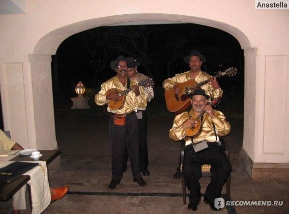 Музыканты на вечернем ужине в ресторане отеля Taj Exotica, Гоа, Индия.