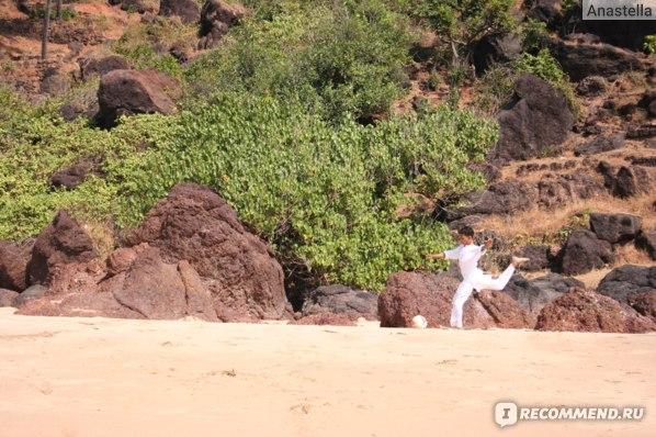 Наш преподаватель йоги Суджит играет в футбол. Индия. Гоа.