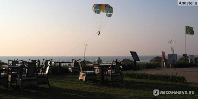 Вечерние развлечения: можно полетать на парашюте или посидеть в ресторане. Отель Taj Exotica, Гоа, Индия.