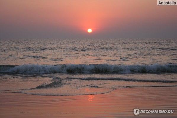 Индийский океан на закате. Пляж отеля Taj Exotica, Гоа, Индия.