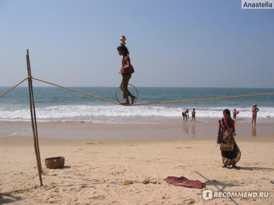 Хождение по канату. Пляж Бенаулим. Гоа. Индия.