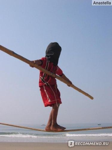 Мальчик ходит по канату. Пляж Бенаулим. Гоа. Индия.
