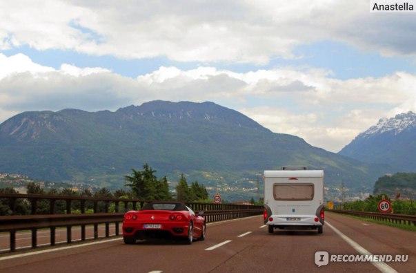 Автомобильные домики на дорогах.