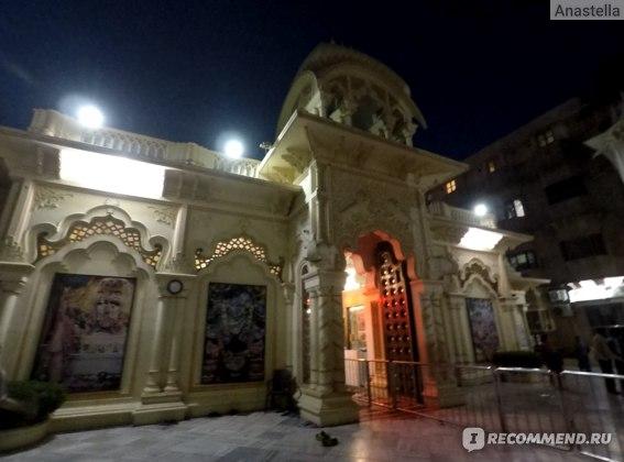 Храм Кришны-Баларамы во Вриндаване вечером