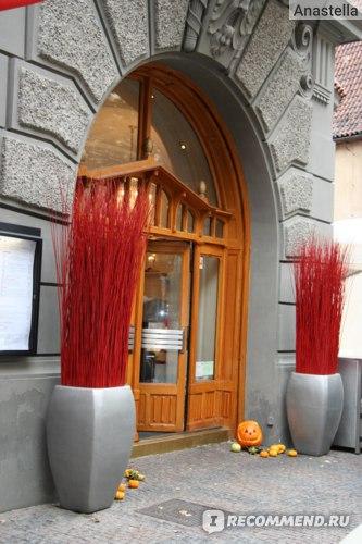 Вход в ресторан. Улица Парижская. Прага.