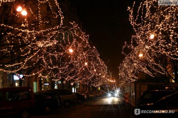 Ночные огни Парижской улицы в Праге.