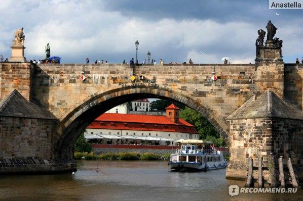 Прогулка на теплоходе по Влтаве. Приближаемся к Карлову мосту. Прага.