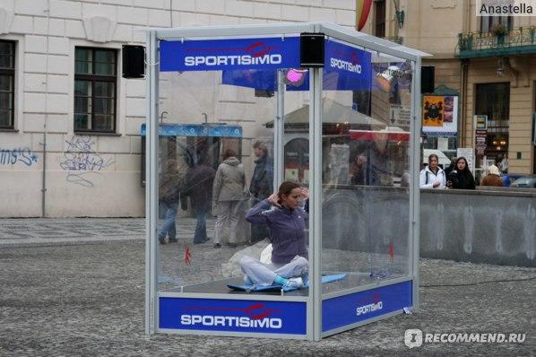 Реклама спортивной фирмы. Около Палладиума. Прага.