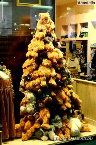 Новогодняя елка из мишек. Прага. Универмаг Черная Роза.